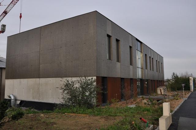 Sofaper chantier realisation du sieges sogea a vannes en beton brut lasure a l exterieur 4